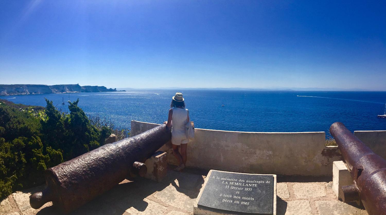 Devant le cimetière marin de Bonifacio en Corse