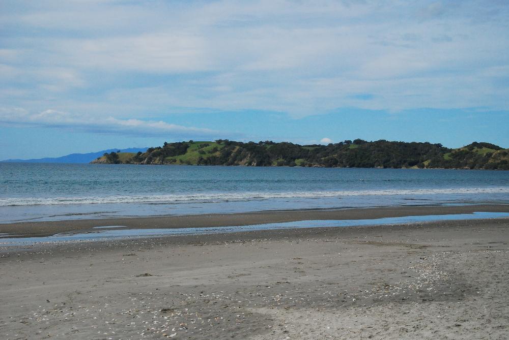 Plage d'Onetangi près d'Auckland