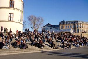 Les marches noires de monde de la Schlossturm