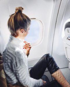 debiflue confortablement installée dans un avion