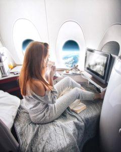 taramilktea confortablement installée dans un avion