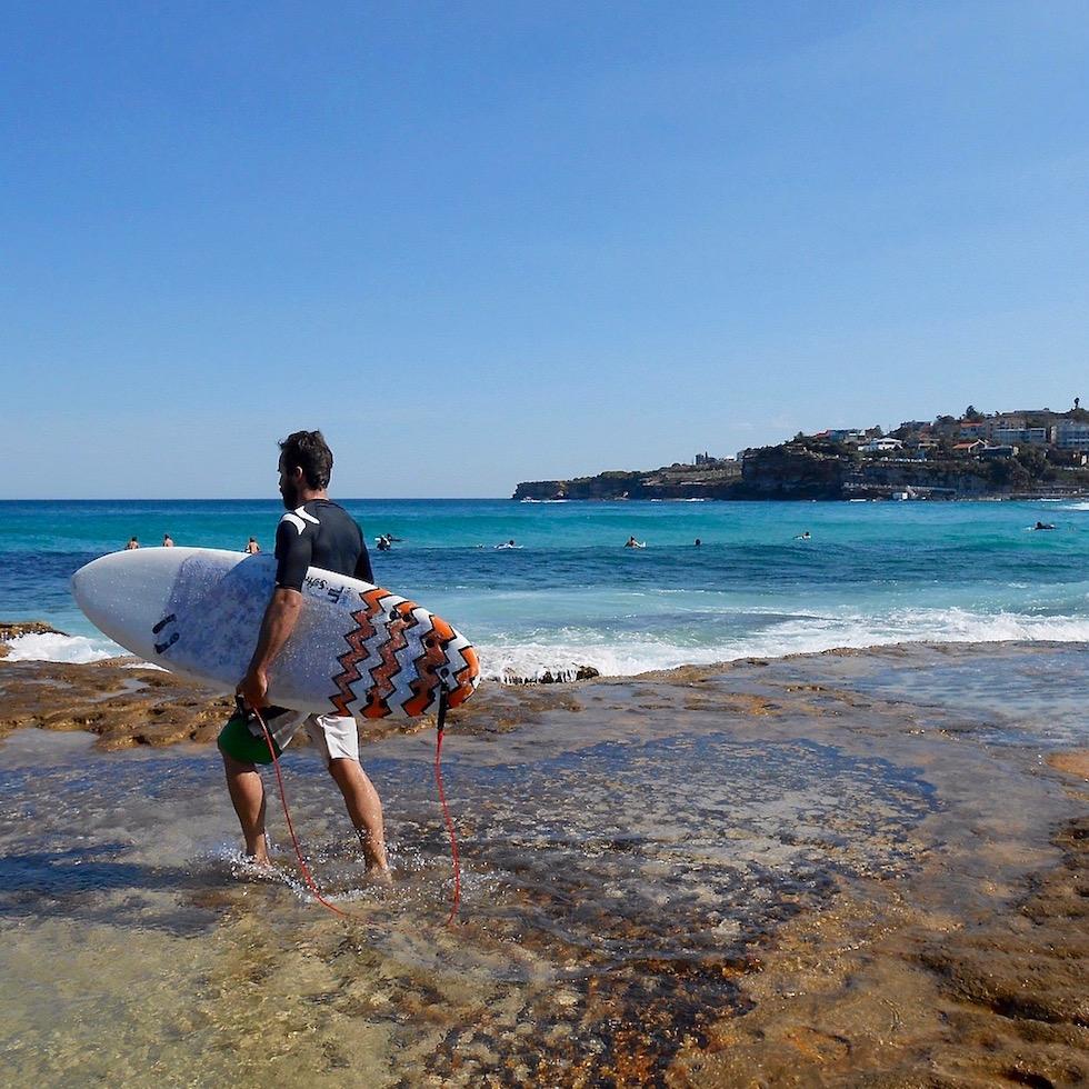 Surfeur plage de Tamara Beach, Sydney