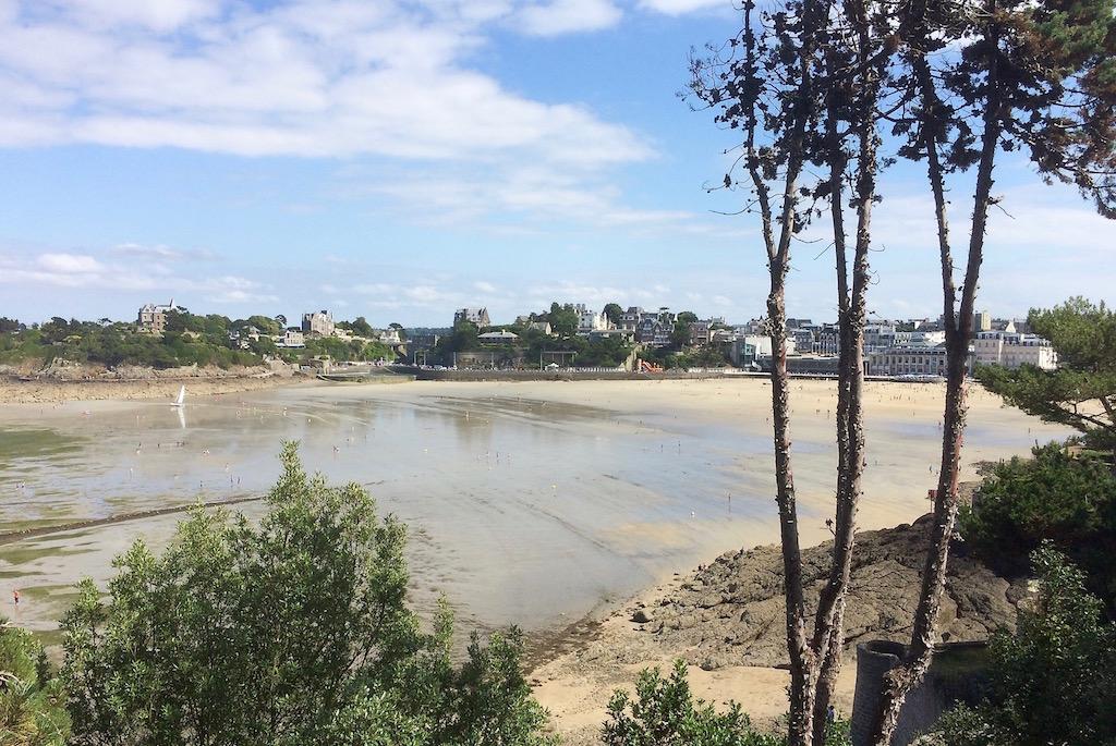 La plage de l'Ecluse à marrée basse, à Dinard
