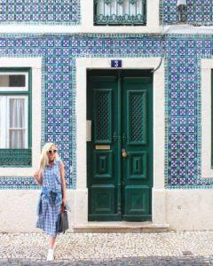 @thebelleabroad devant un mur coloré