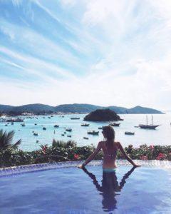 Femme de dos dans l'eau sur instagram