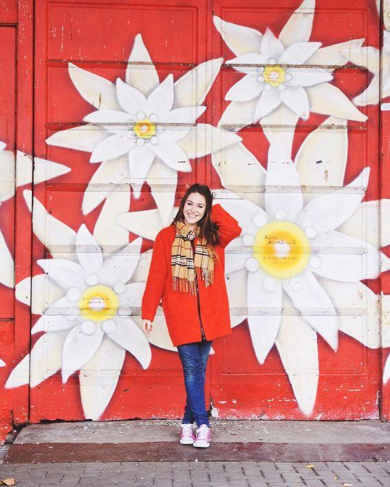 @girlvsglobe devant un mur coloré