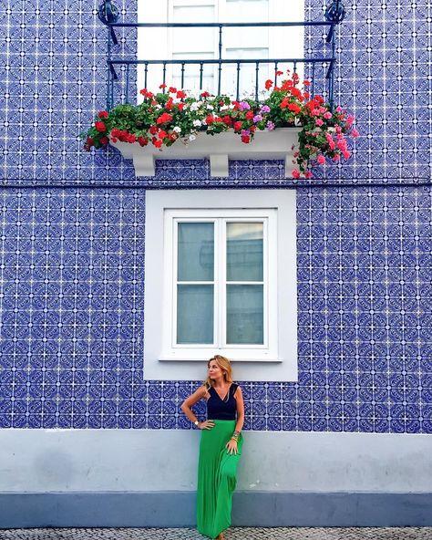 @marinacomes devant un mur coloré