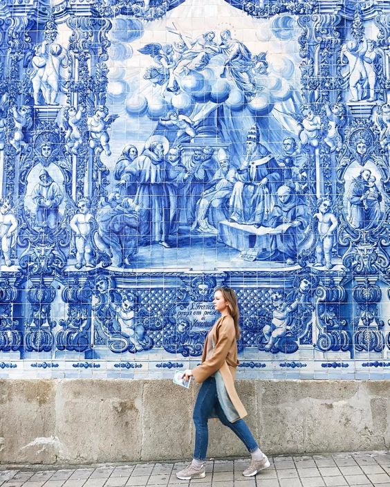@miss_anastasia_u devant un mur coloré