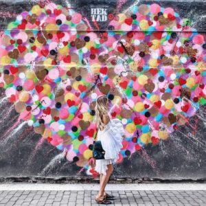 @ohhcouture devant un mur coloré