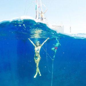 @theboldbrunette nage sous l'eau