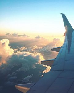 Vue de la fenêtre d'un avion de theboldbrunetteblog