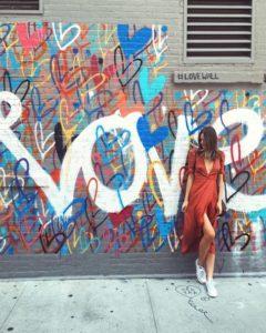 @tuulavintage devant un mur coloré