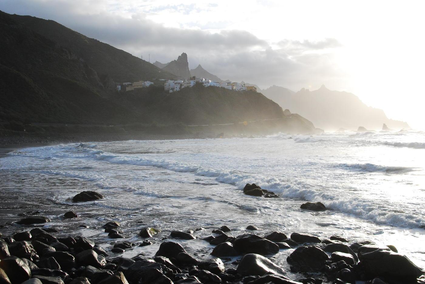 Coucher de soleil sur la plage de Benijo à Tenerife