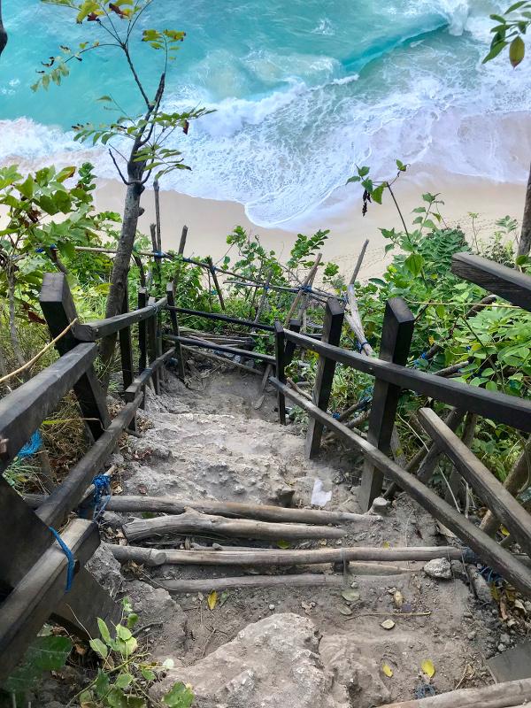 Chemin vers la plage de Kelingking sur Nusa Penida