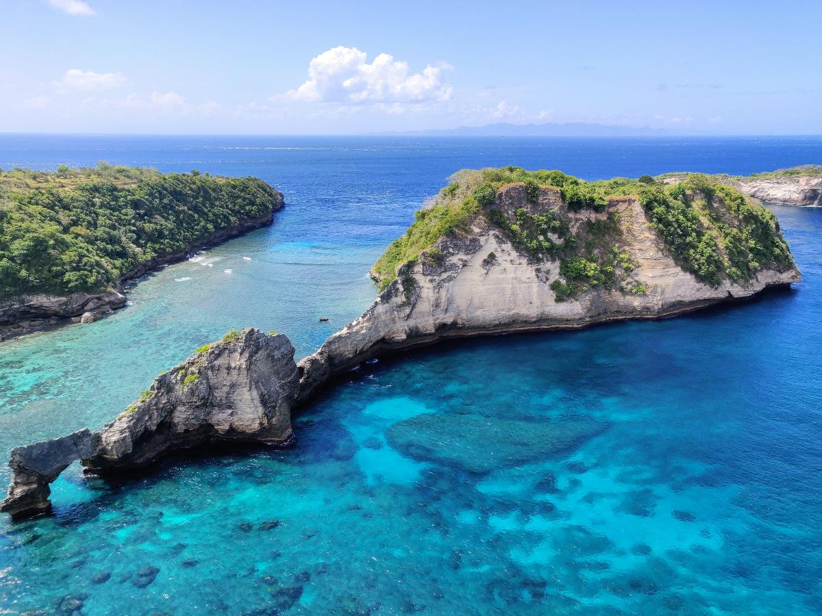 Formation rocheuse face à Atuh Beach sur Nusa Penida